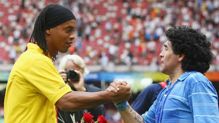 BEIJING - AUGUST 23:  Diego Maradona of Argentina shakes the hand of Ronaldinho of Brazil during the medal ceremony for the Mens Football at the National Stadium on Day 15 of the Beijing 2008 Olympic Games on August 23, 2008 in Beijing, China.  (Photo by Alexander Hassenstein/Getty Images)