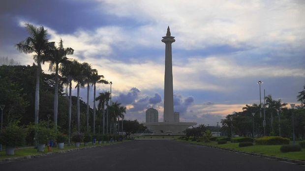 Suasana kawasan Monumen Nasional (Monas) yang ditutup untuk umum saat pandemi COVID-19 di Jakarta, Jumat (17/4/2020). ANTARA FOTO/Akbar Nugroho Gumay.