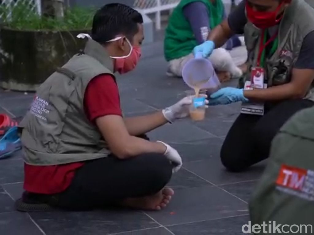 Relawan Covid 19 Sulsel Berbuka dengan Pisang Ijo dan Palakko Ayam