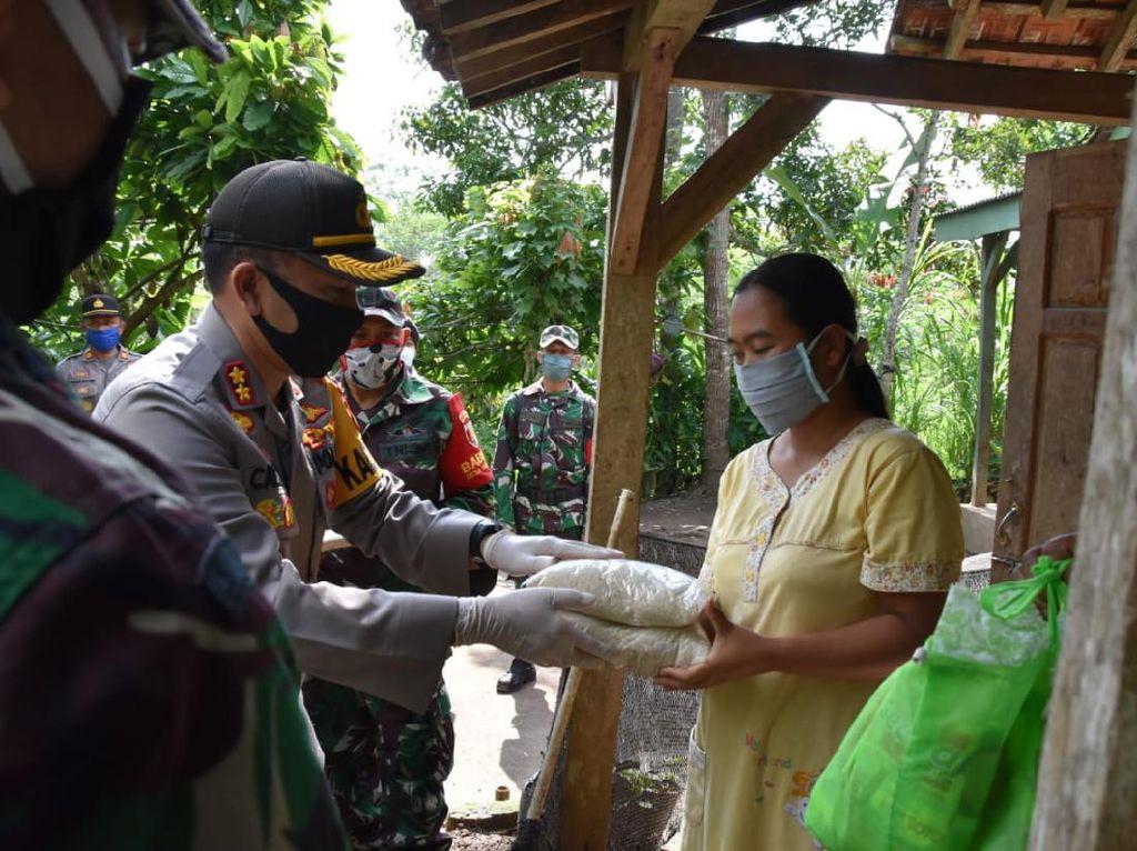 10 Ton Beras dan Sembako Disalurkan untuk Warga Trenggalek Terdampak Corona