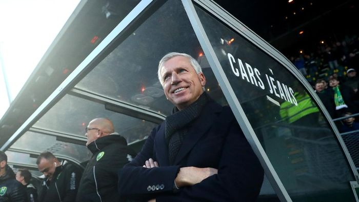 THE HAGUE, NETHERLANDS - JANUARY 19: ADO Den Haag manager / Head coach, Alan Pardew looks on prior to the Eredivisie match between ADO Den Haag and RKC Waalwijk at Cars Jeans Stadion on January 19, 2020 in The Hague, Netherlands. (Photo by Dean Mouhtaropoulos/Getty Images)