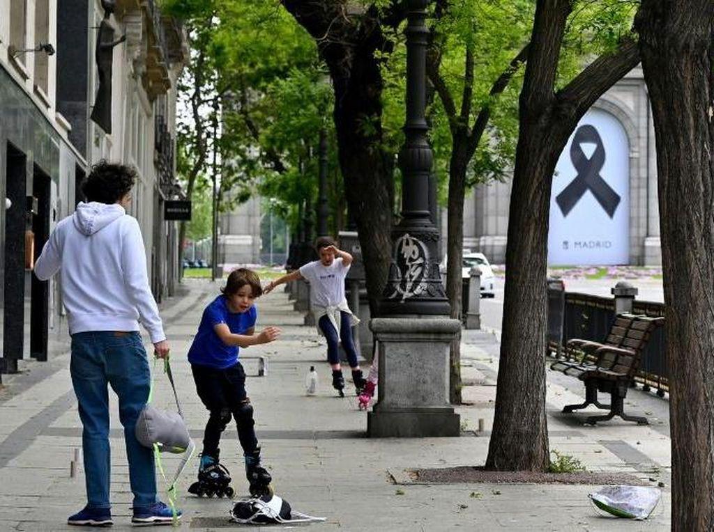 Hore! Anak-anak di Spanyol Bisa Bermain di Luar Usai Dikarantina 6 Minggu