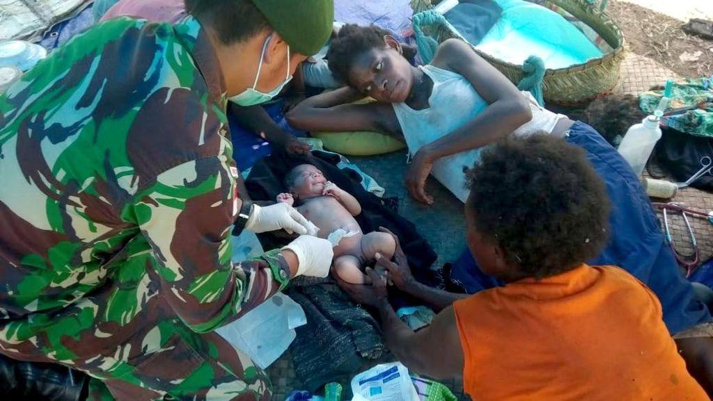 Personel Kostrad Bantu Persalinan Warga Papua di Bivak