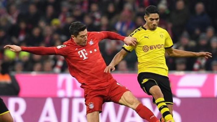 Bayern Munichs Polish striker Robert Lewandowski (L) and Dortmunds Moroccan defender Achraf Hakimi vie for the ball during the German first division Bundesliga football match FC Bayern Munich vs BVB Borussia Dortmund in Munich, southern Germany, on November 9, 2019. (Photo by Christof STACHE / AFP) / DFL REGULATIONS PROHIBIT ANY USE OF PHOTOGRAPHS AS IMAGE SEQUENCES AND/OR QUASI-VIDEO