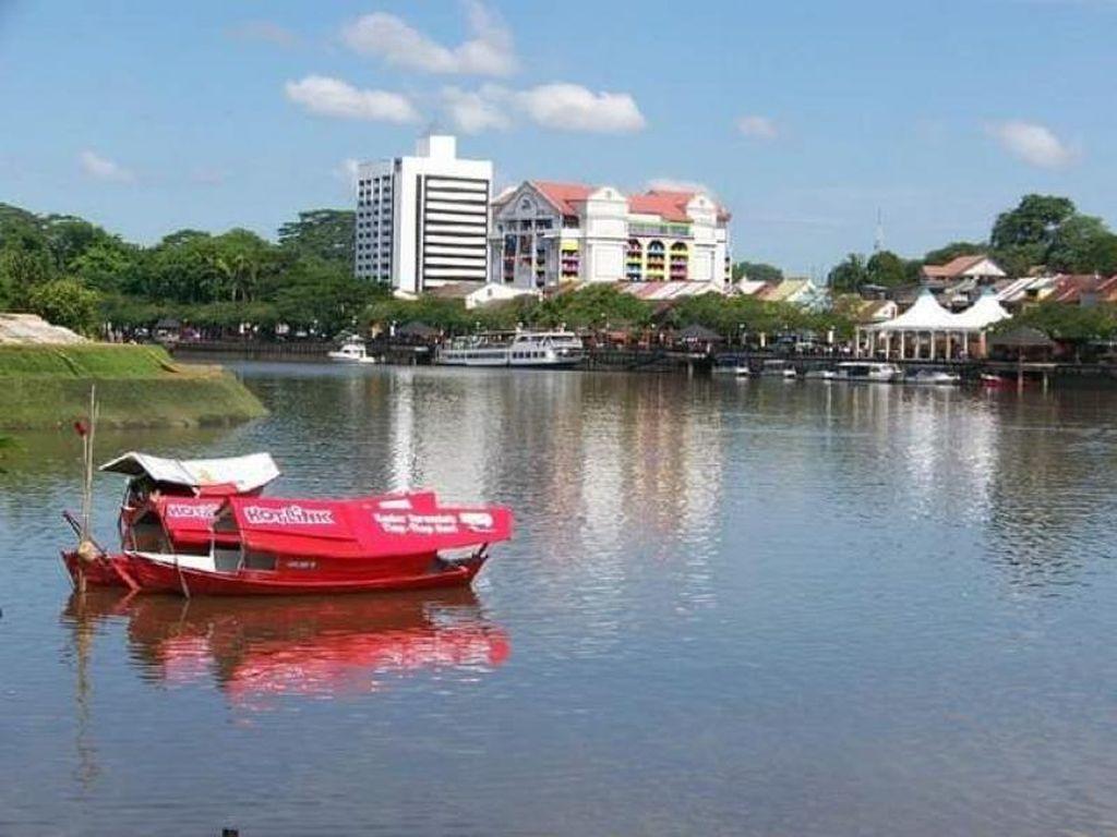 Kuching Waterfront yang Tak Lekang oleh Zaman