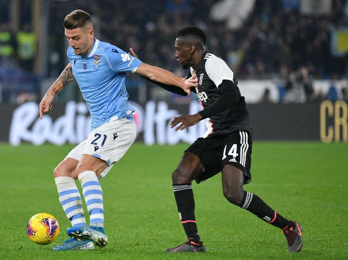 ROME, ITALY - DECEMBER 07:  Sergej Milinkovic Savic of SS Lazio compete for the ball with Blaise matuidi of Juventus during the Serie A match between SS Lazio and Juventus at Stadio Olimpico on December 7, 2019 in Rome, Italy.  (Photo by Marco Rosi/Getty Images)