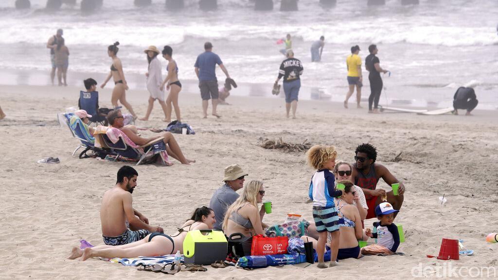 Cuek! Warga AS Ramai-ramai Piknik ke Pantai Saat Pendemi Corona