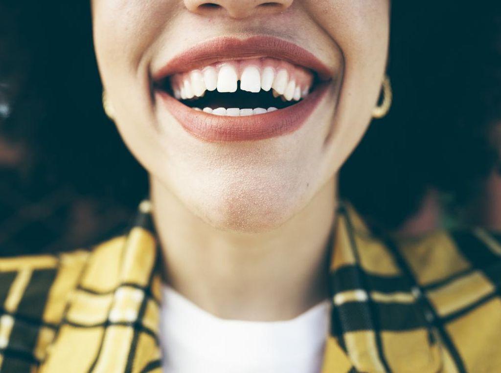 Tak Nyaman Ada Sisa Daging Terselip di Gigi? Ini Cara Mengatasinya