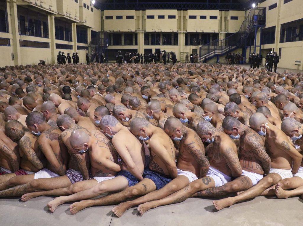 Potret Gangster El Salvador Duduk Berjubel di Penjara Izalco