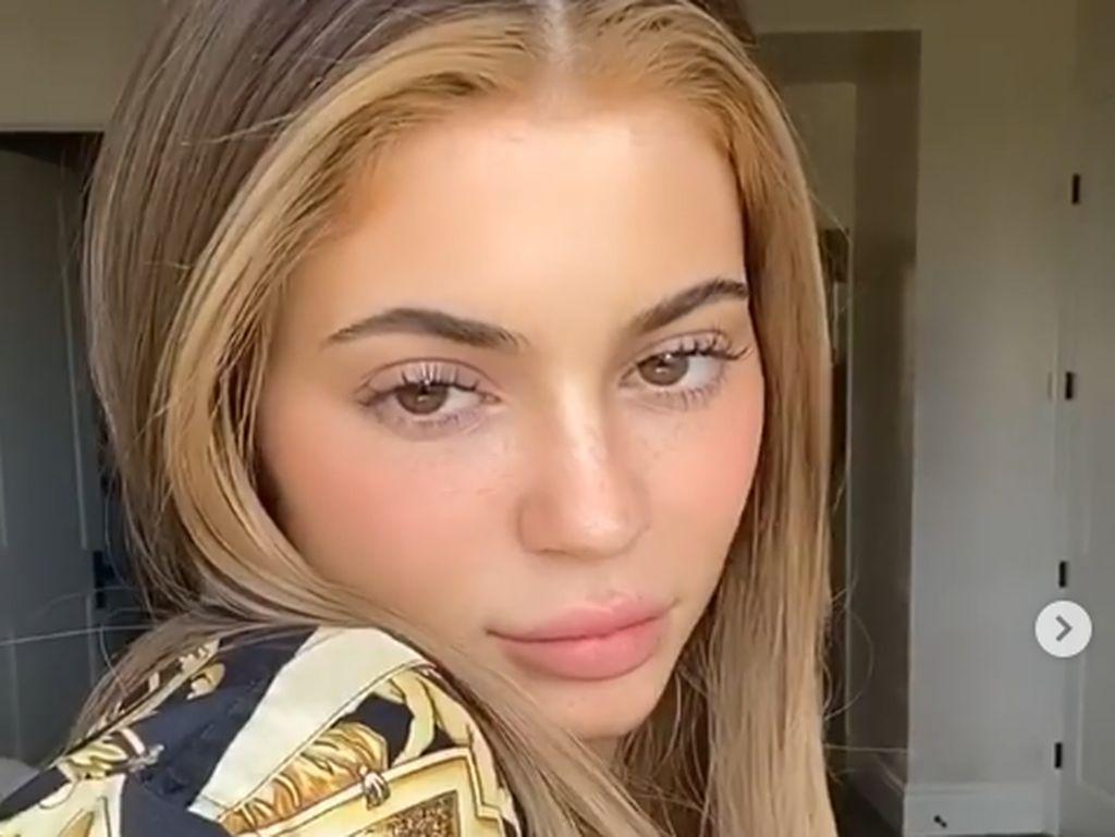 Foto: Kylie Jenner Bikin Pangling dengan Wajah Tanpa Makeup Saat Karantina