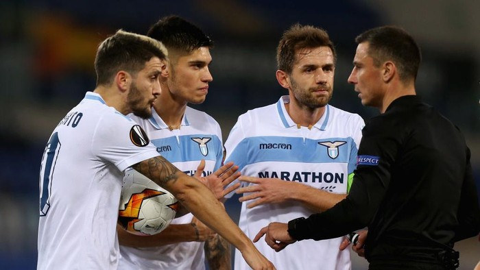 ROME, ITALY - FEBRUARY 14: Luis Alberto, Joaquin Correa and Senad Lulic of SS Lazio protest with the referee  Slavko Vincic during the UEFA Europa League Round of 32 first leg match between SS Lazio and Sevilla at Stadio Olimpico on February 14, 2019 in Rome, Italy.  (Photo by Paolo Bruno/Getty Images)