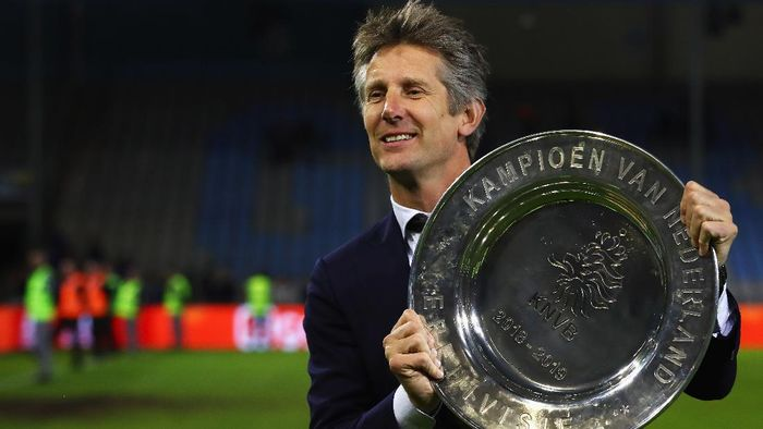 DOETINCHEM, NETHERLANDS - MAY 15:  Edwin van der Sar, Chief Executive of Ajax celebrates with the trophy after winning the Eredivisie following the Eredivisie match between De Graafschap and Ajax at Stadion De Vijverberg on May 15, 2019 in Doetinchem, Netherlands. (Photo by Dean Mouhtaropoulos/Getty Images)