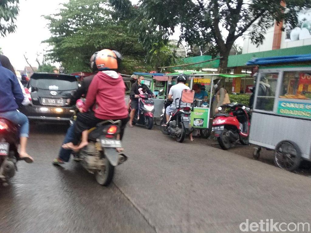 Satpol PP Kota Bandung Ingatkan Pedagang-Pembeli Takjil Jaga Jarak