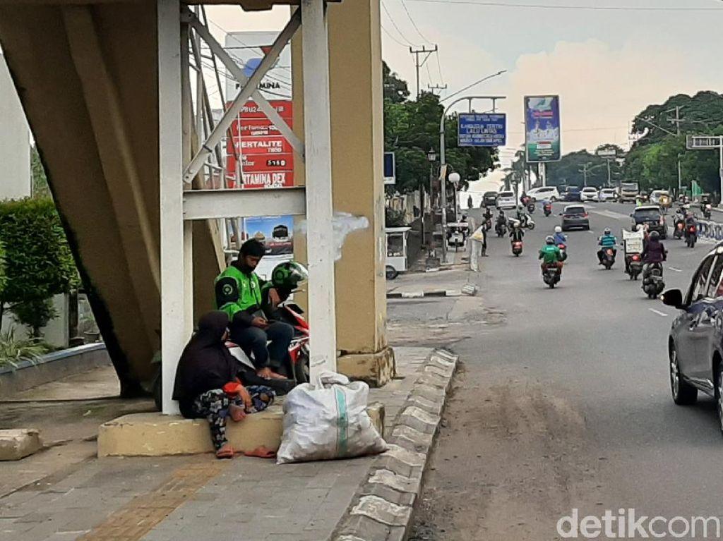 Pandemi Corona, Manusia Karung Mulai Terlihat di Trotoar Jalan Palembang