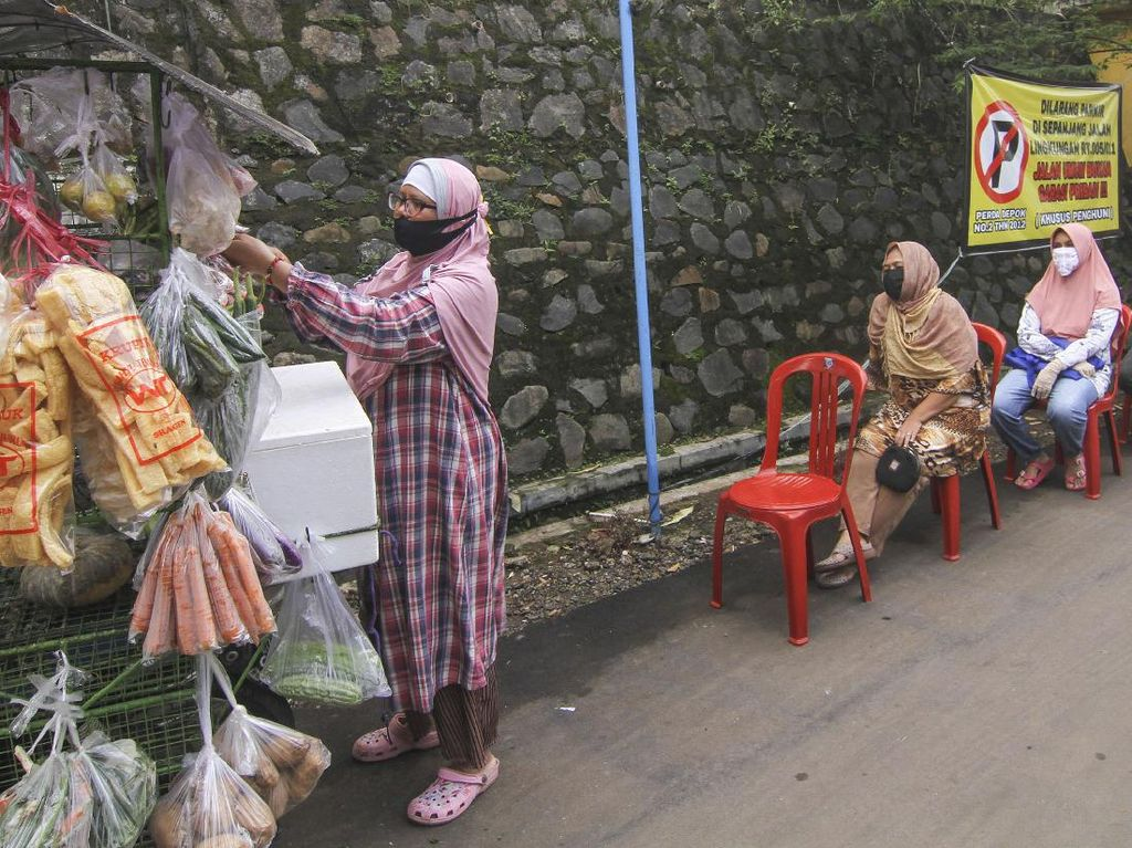 Patut Ditiru! Emak-emak Belanja Sayur Sambil Jaga Jarak