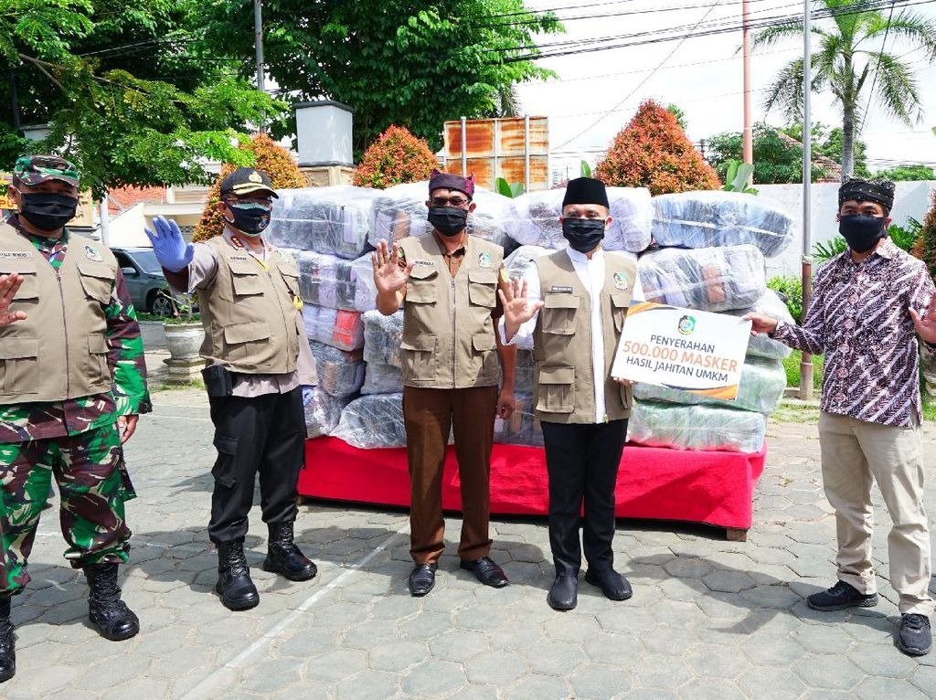 Kisah Penjahit Kampung di Banyuwangi Garap Pesanan 1 Juta Masker