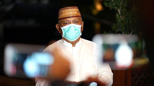 Gubernur Gorontalo Rusli Habibie memberikan keterangan kepada wartawan di rumah pribadinya di Kota Gorontalo, Gorontalo, Selasa (28/4/2020). Gubernur secara resmi mengumumkan jika pengajuan Pembatasan Sosial Berskala Besar (PSBB) Provinsi Gorontalo dalam rangka memutus mata rantai penyebaran COVID-19 telah disetujui oleh Menteri Kesehatan dan akan segera ditindaklanjuti setelah sempat ditolak. ANTARA FOTO/Adiwinata Solihin/hp.