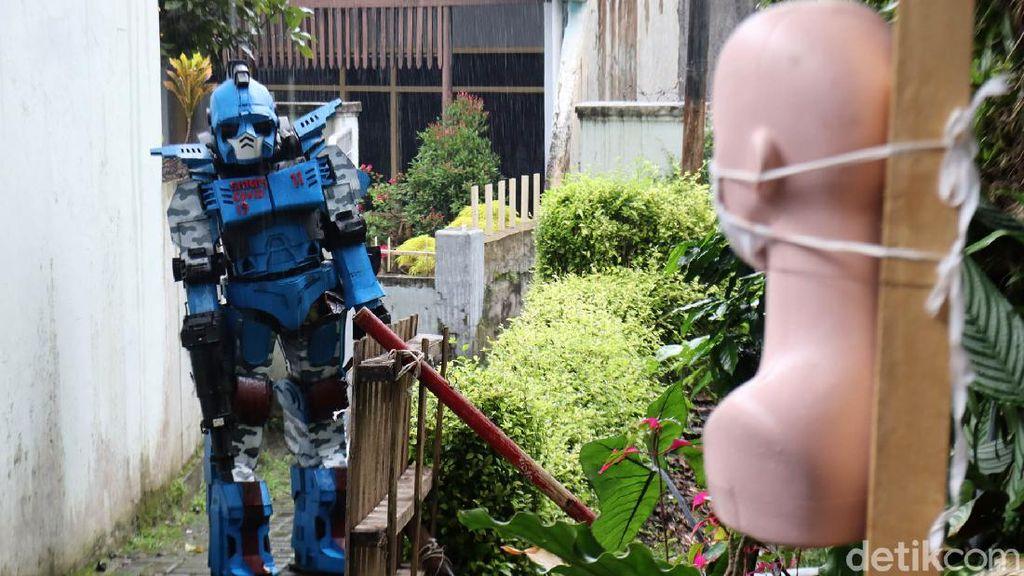 Robot COVID-19 Susuri Gang untuk Bubarkan Kerumunan di Bandung