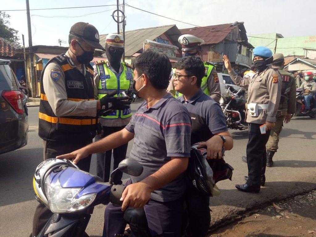 Polisi di Kabupaten Bogor Tegur Pelanggar PSBB dengan Bacakan Al-Quran