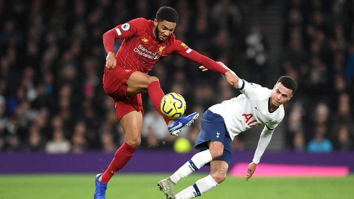 LONDON, ENGLAND - JANUARY 11: Joe Gomez of Liverpool battles for possession with Dele Alli of Tottenham Hotspur  during the Premier League match between Tottenham Hotspur and Liverpool FC at Tottenham Hotspur Stadium on January 11, 2020 in London, United Kingdom. (Photo by Shaun Botterill/Getty Images)