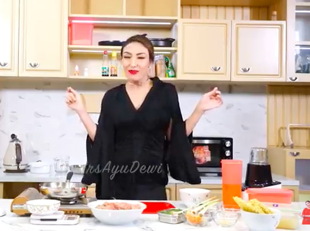 Terinspirasi The World of the Married, Ayu Dewi Masak Hidangan Korea