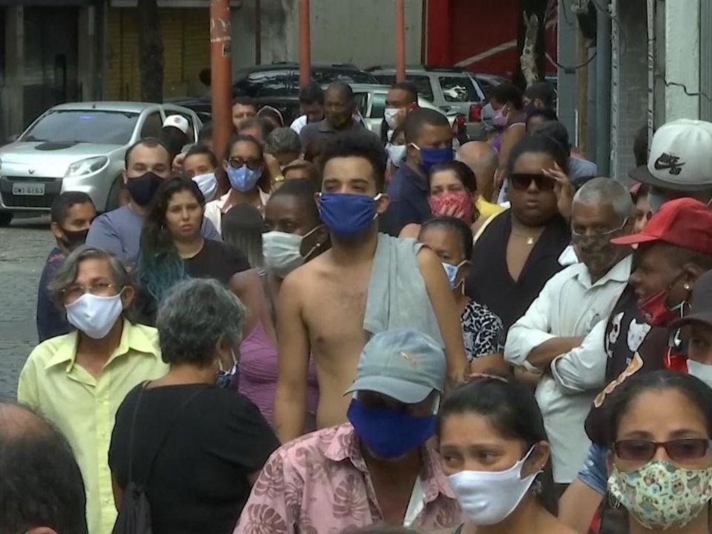 Warga Brazil Antre Panjang Demi Dana Bantuan Pemerintah