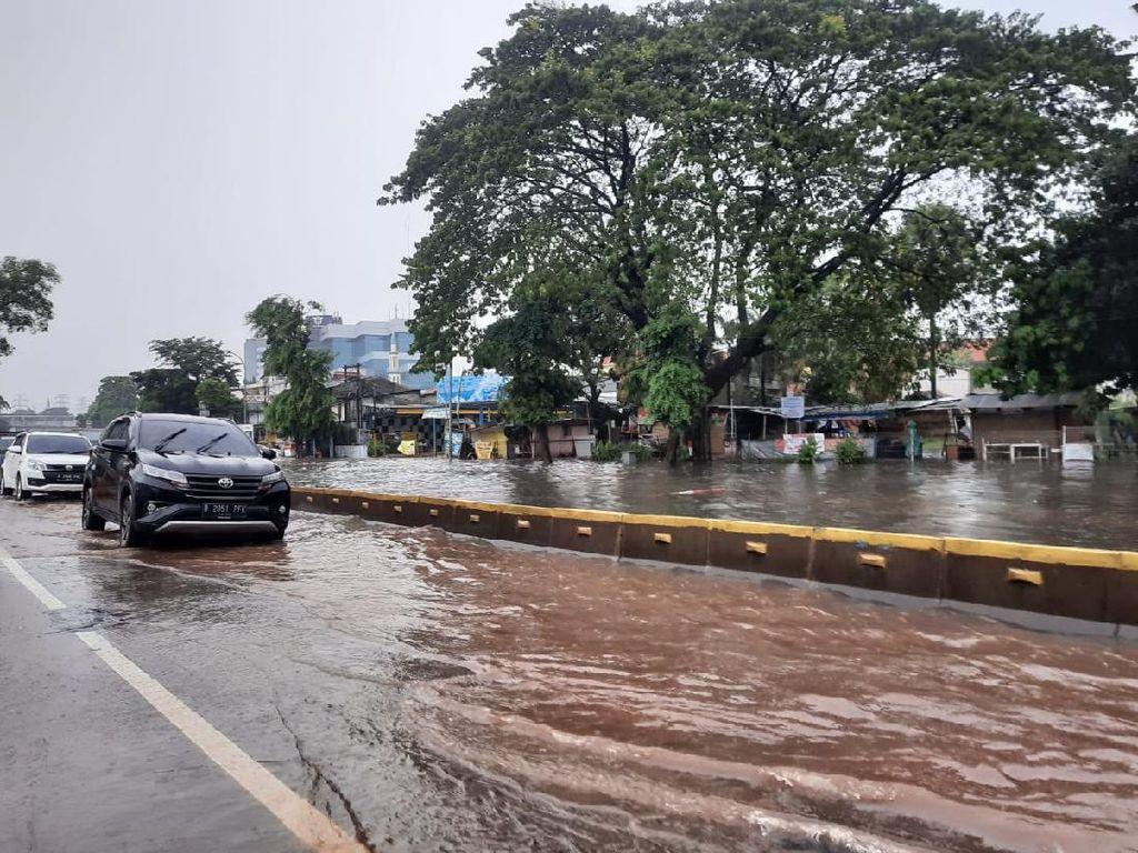 Jakarta Hujan Deras, Jalan di Cawang Sempat Hanya Bisa Dilintasi 1 Jalur