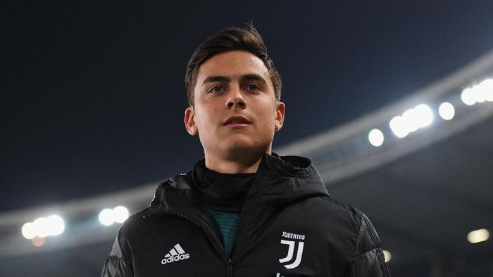 VERONA, ITALY - FEBRUARY 08: Paulo Dybala of Juventus looks on during the Serie A match between Hellas Verona and  Juventus at Stadio Marcantonio Bentegodi on February 8, 2020 in Verona, Italy.  (Photo by Alessandro Sabattini/Getty Images)