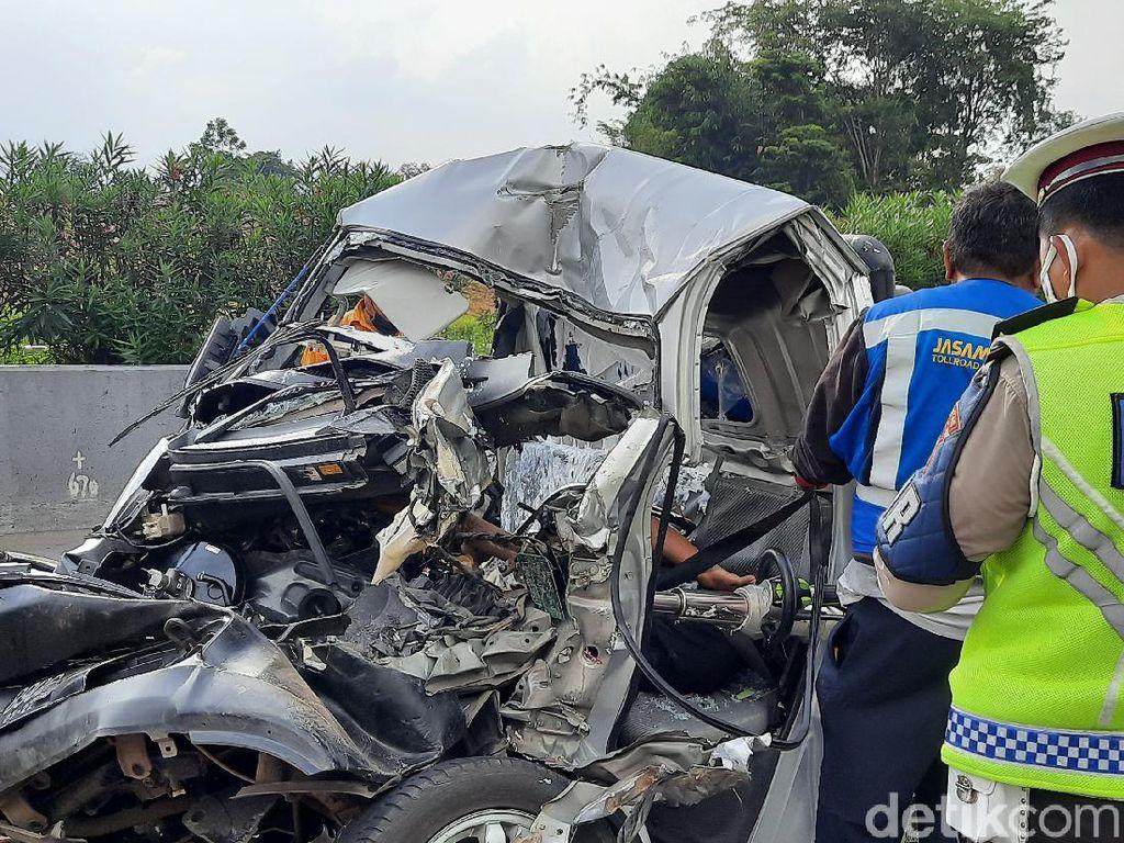 Mobil Pikap Tabrak Truk Boks di Tol Cipularang, Satu Orang Tewas