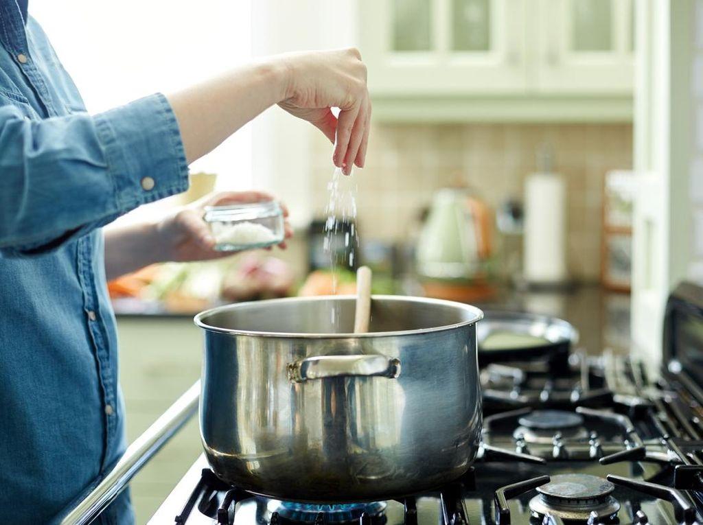 7 Cara Mengurangi Konsumsi Garam agar Program Diet Berhasil