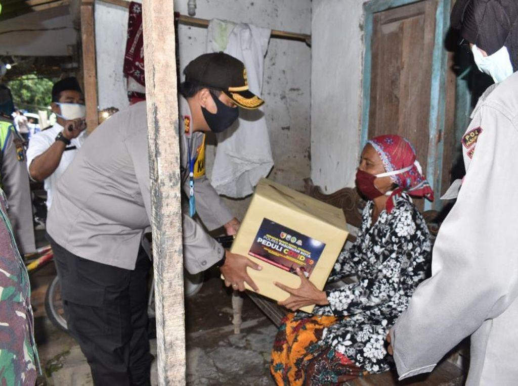 Polisi dan TNI di Pasuruan Bagikan Sembako ke Warga Terdampak Corona