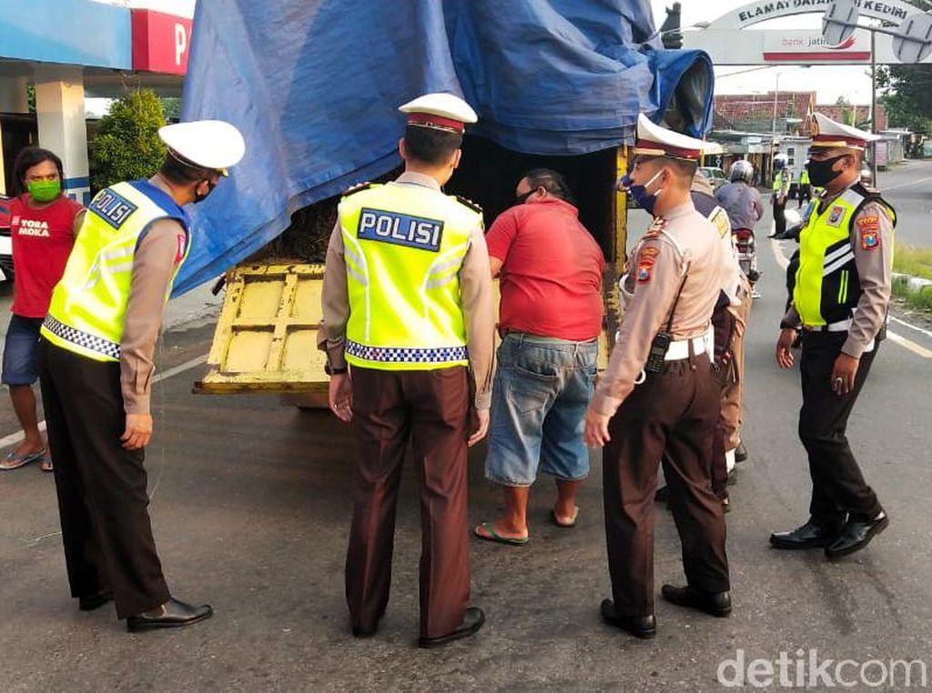 Antisipasi Pemudik Nekat, Polisi Kediri Periksa Truk Tronton