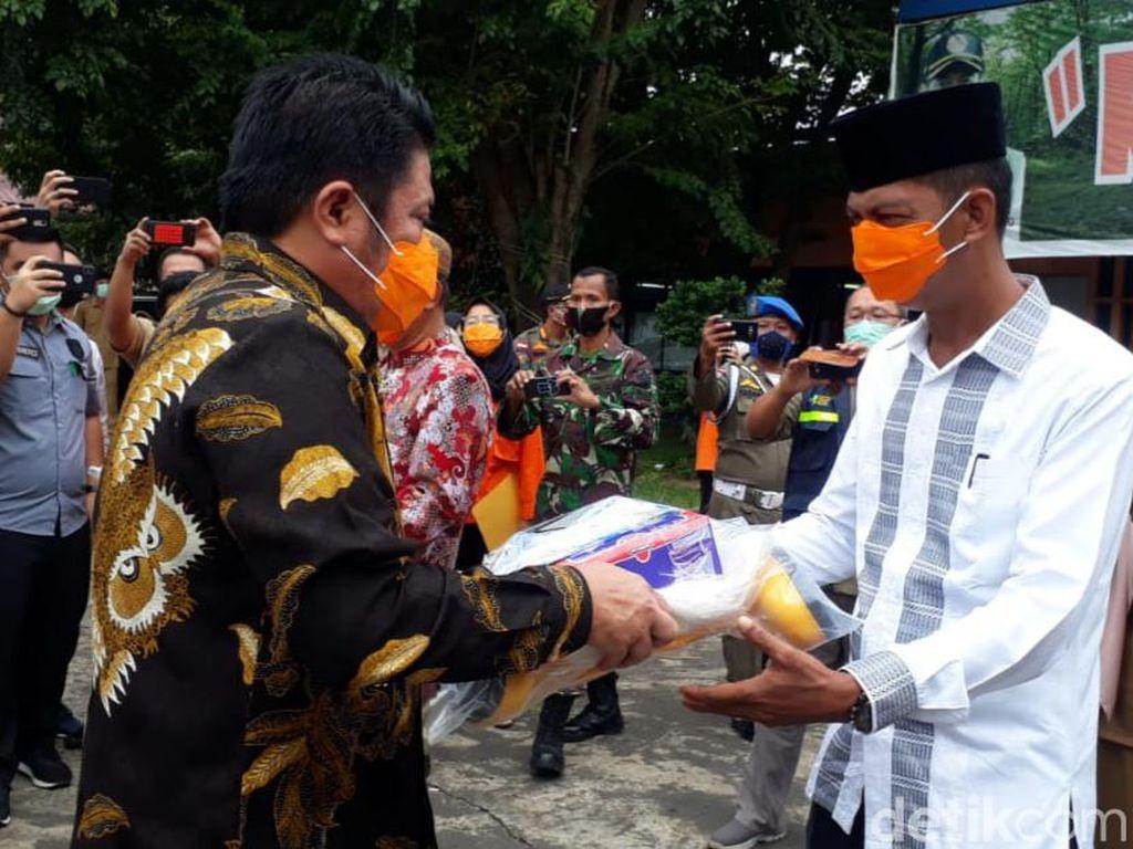 Gubernur Sumsel Bagikan Ribuan APD ke Petugas Pemakaman