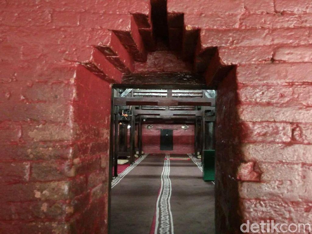 Mengenal Masjid Agung Sang Cipta Rasa di Kota Udang