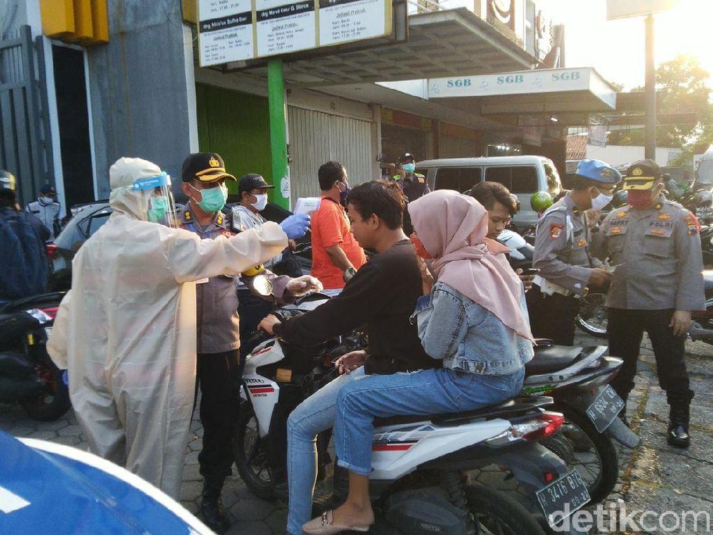 Petugas Ber-hazmat Razia Warga Bandel Saat PKM di Semarang
