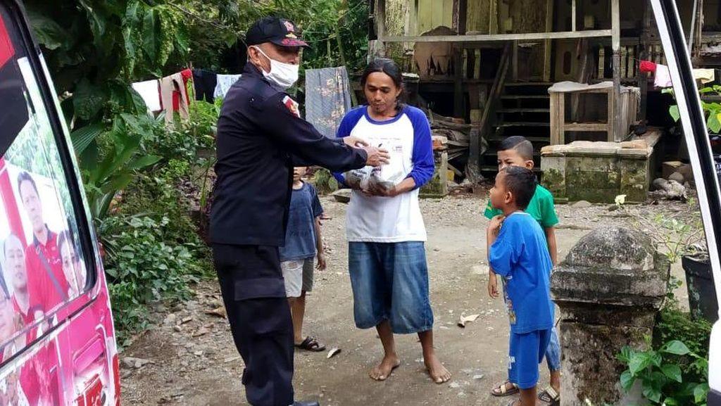 Aksi Berbagi Nasi Bungkus di Padang
