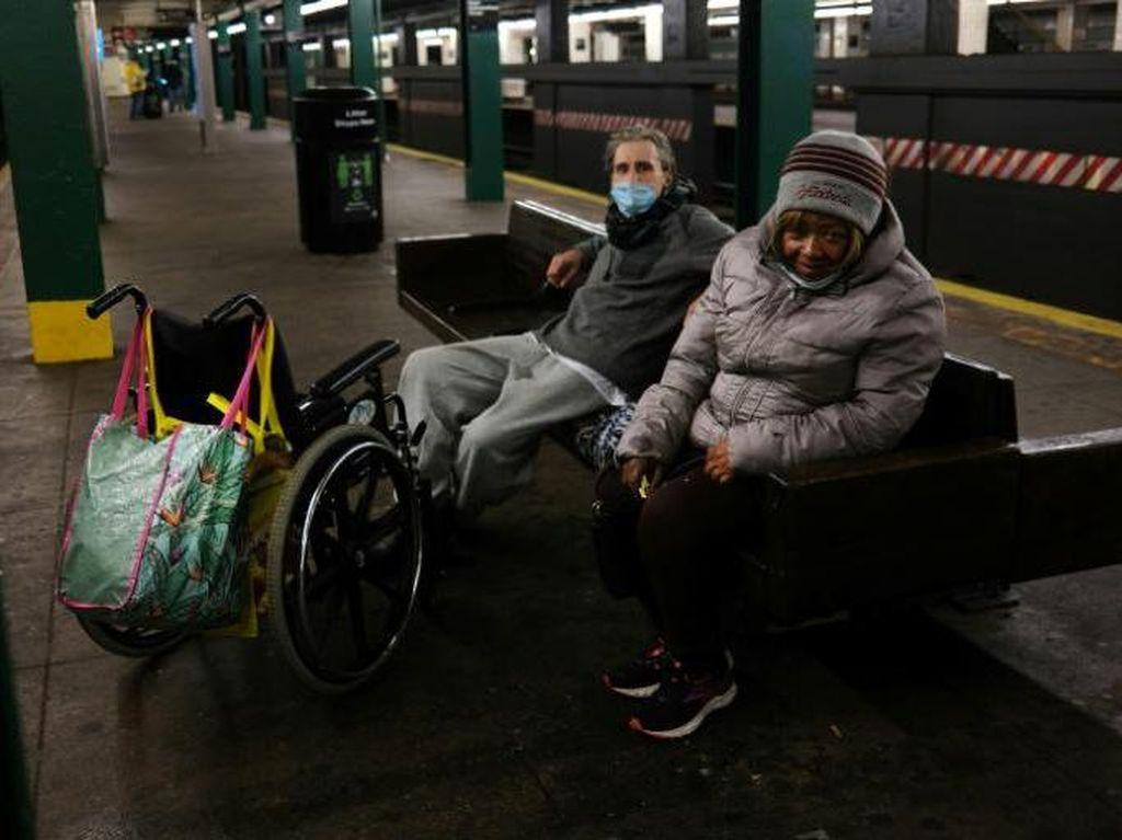 Pandemi Corona, Makin Banyak Tunawisma AS Tinggal di Kereta Bawah Tanah