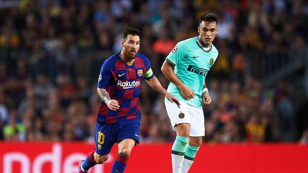 BARCELONA, SPAIN - OCTOBER 02: Lionel Messi of FC Barcelona dribbles Lautaro Martinez of Inter during the UEFA Champions League group F match between FC Barcelona and Inter at Camp Nou on October 02, 2019 in Barcelona, Spain. (Photo by Alex Caparros/Getty Images)