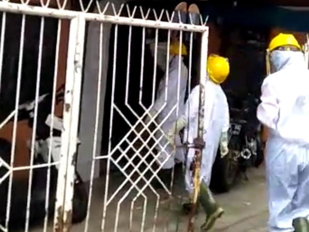 Video Petugas Medis Ber-APD Sambangi Indekos di Bandung