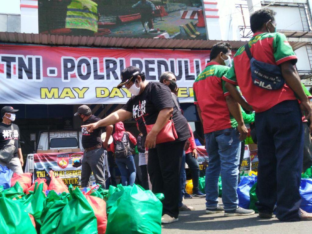 May Day, Buruh Bagikan Sembako ke Temannya yang Di-PHK
