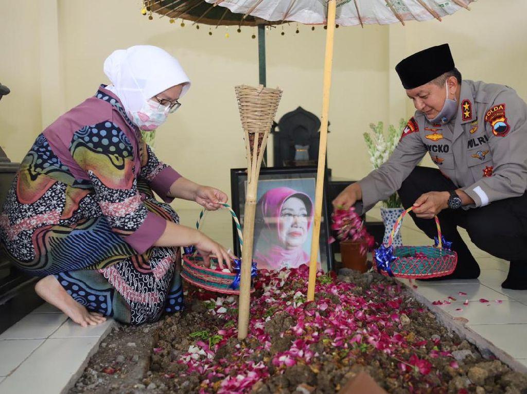 Dipromosikan Jadi Kabaintelkam, Kapolda Jateng Nyekar ke Makam Ibu Jokowi