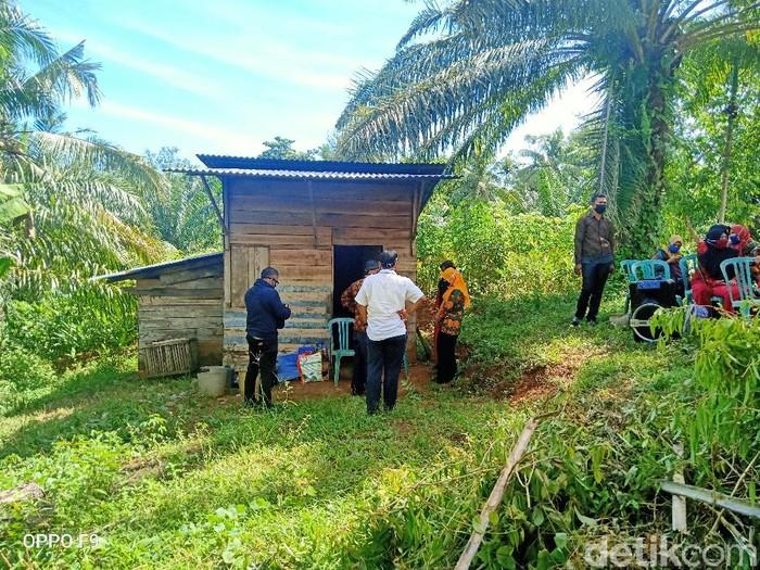 Gubernur Bengkulu Rohidin Mersyah saat mengunjungi rumah Nek Ngatirah yang tinggal sebatang kara (Hery Supandi/detikcom)