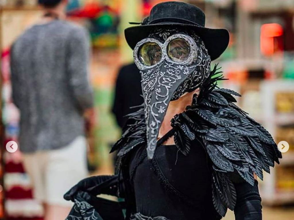 Viral Wanita Pakai Kostum Burung Anti Corona Buat Belanja ke Supermarket