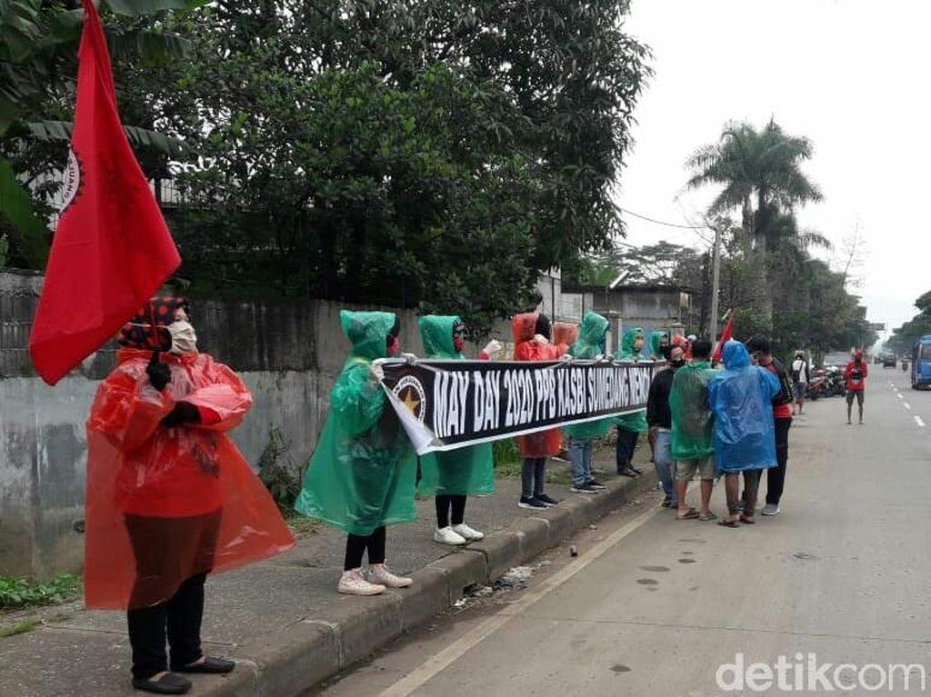 May Day, Serikat Buruh di Sumedang Bagikan Masker-Hand Sanitizer