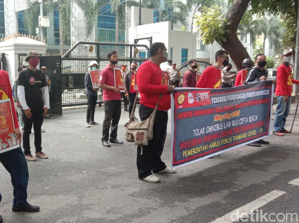 Sejumlah Buruh Tetap Gelar May Day di Depan DPRD Sumut