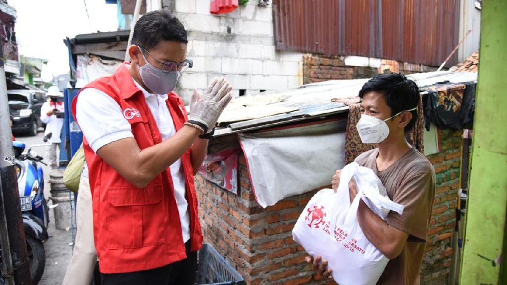 Susuri Gang Sempit, Sandiaga Uno Tebar Sembako ke Korban PHK