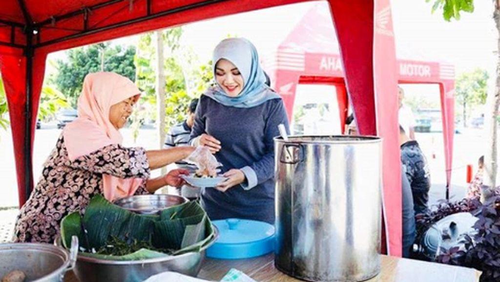 Pose Sumringah Sri Mulyani, Bupati Klaten Saat Kulineran