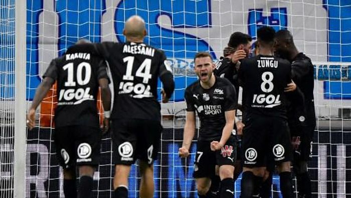 Amiens players celebrate scoring their teams second goal during the French L1 football match between Olympique de Marseille (OM) and Amiens (ASC) at the Velodrome Stadium in Marseille, southern France, on March 6, 2020. (Photo by GERARD JULIEN / AFP)