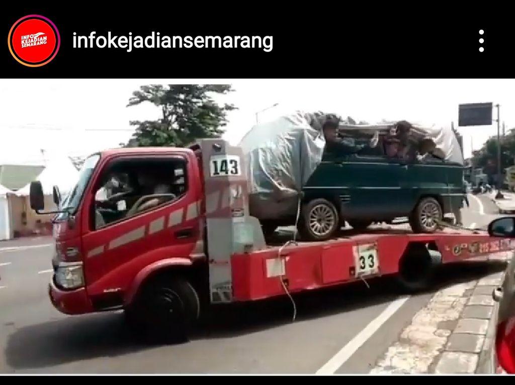 Truk Angkut Mobil Isi 8 Orang Diminta Putar Balik Saat Mau Masuk Semarang