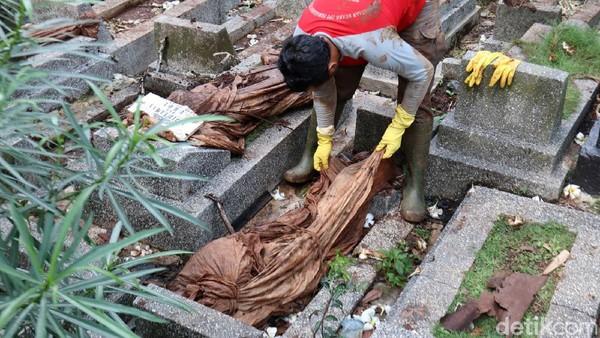 Sebanyak 12 jenazah yang tergerus longsor di TPU Cikutra, Kota Bandung, Jawa Barat berhasil dievakuasi. Rencananya jenazah akan dimakamkan kembali di TPU tersebut.